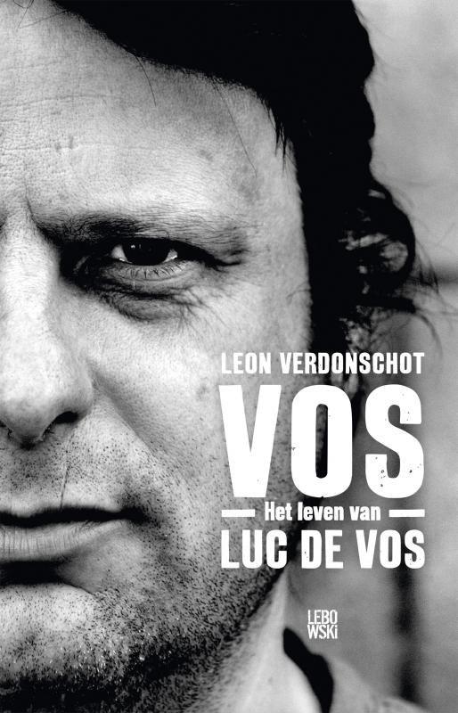 <p>Luc De Vos was een van de meest geliefde zangers van Vlaanderen. Hij brak in 1992door met Gorki, scoorde meerdere toptien-hits, maar ook als televisiepersoonlijkheid, columnist en schrijver was hij ongekend populair. Hij werd bewonderd om zijn levenslust, humor en intelligentie, maar achter zijn gulle lach ging ook een verlegen, onzekere man schuil die worstelde met de wereld, zijn bekendheid, zijn achtergrond en ambities. <br /><br />In 'VOS' reconstru...