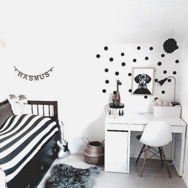 定番の白物家電品のように安定した存在感で、どんな色とも相性の良い白の家具は、子供時代からティーン時代、そしてステキなホームオフィスへとつながるほど長く使え、ぜひ初めに抑えておきたいアイテムです。子供部屋は小さいころは親の好みの色使いでも、大きくなれば子供自身の好みのものに変えられていくでしょう。どんなモノともドンピシャに合って違和感なく使えちゃう白の家具を使った子供部屋をご紹介します♡