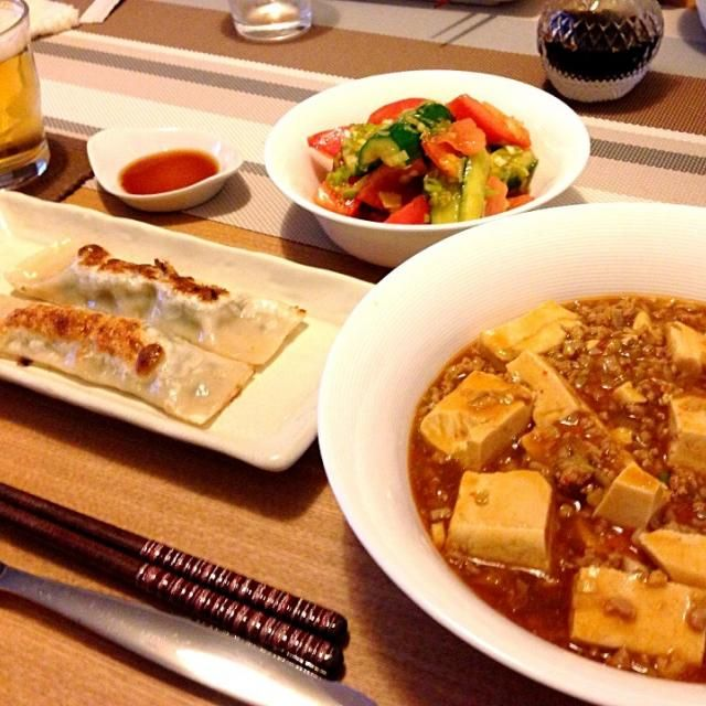 中華な夕飯。麻婆豆腐と冷菜は夫作。 美味しかった(๑◕ˇڡˇ◕๑) - 21件のもぐもぐ - 麻婆豆腐、棒餃子、トマトとキュウリの冷菜、ビール♪ by usaco123