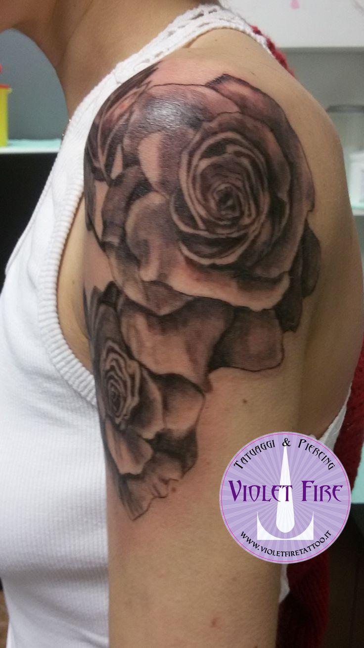 Tatuaggio rose su spalla bianco e nero - tatuaggio fiori - violet fire tattoo 2
