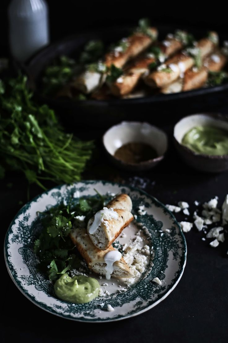 Whole wheat chicken flautas with hot avocado sauce - Pratos e Travessas | Food, photography and stories