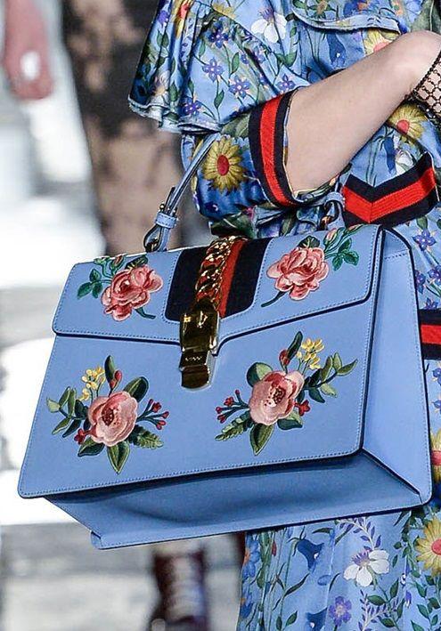 Gucci cruise 2017 bag. Oggi vi voglio parleare delle tendenze per questa primavera. I ricami, li troviamo dapertutto borse, accessori, scarpe, vestiti e altro. Questo lo abbiamo visto molto nelle paserelle di GUCCI.