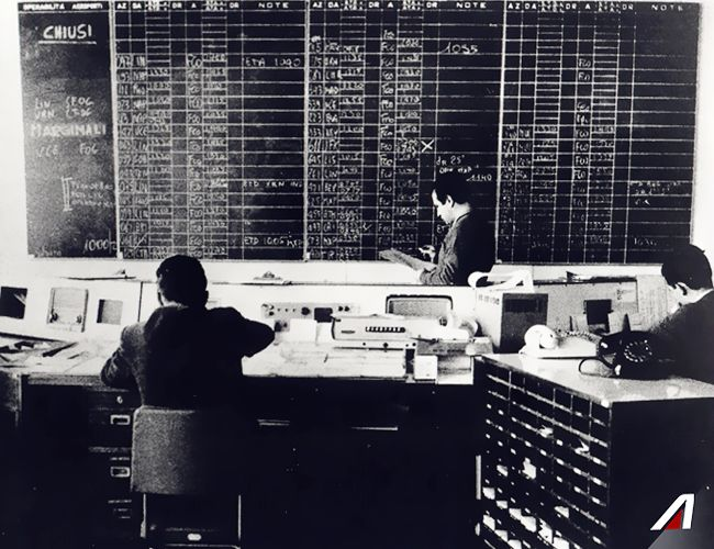 #ThrowbackThursday #Fiumicino, anni '60. Su questo tabellone  si aggiornava in tempo reale la situazione dei voli.  #ThrowbackThursday In the 1960s the flight status board was updated manually. #Alitalia #vintage #history #balckandwhite #airline #airplane #arrival #departure #travel