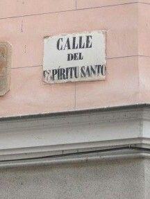 Antiguamente se llamó de la Cruz del Espíritu Santo . En tiempos de Felipe III habitaban aquel sitio gentes de mala vida; el tercer día de P...