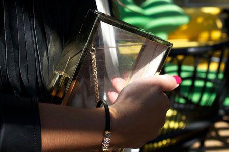 bolso y pulsera dorados