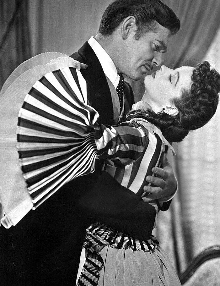 Кларк Гейбл (Ретт Батлер) не умел танцевать вальс, поэтому для сцены благотворительного бала в Атланте ему смастерили специальную вертящуюся площадку. Это стало поводом для насмешек Вивьен Ли и отношения у актеров складывались конфликтно. Кларк высмеивал английский акцент Вивьен и ее показную чопорность. Вивьен, по ее словам, тошнило от одной мысли о поцелуе с мистером Гейблом. Тот постоянно пил виски и жевал чеснок.