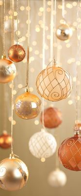 Cine spune ca globuletele nu trebuie sa stea decat in brad? #kikaromania #glob #brad #accesorii #decoratiuni #iarna #Craciun #MosCraciun #zapada #emotie #lumanari