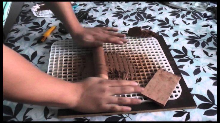 Tutorial para fabricar tus propios ladrillos con arcillas mediante un escurridor de platos y un rodillos para amasar mas. Es muy sencillo primero rellena los...