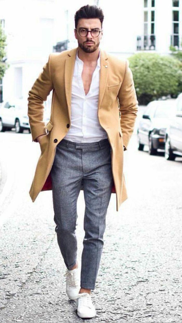 monsieur élégant avec pantalon gris, baskets blanches, chemise blanche,  manteau léger mi-saison couleur moutarde, vetement homme tendance 63586a8c1269