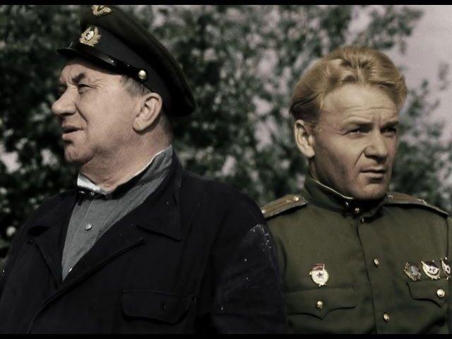 Мужина справа - Валентин Николаевич. Он похож на известного, русского актера Смоктуновского. У него короткие, светлые волосы и голубые глаза. Он невысокого роста и у него полная, но не тучная фигура. У Валентина большие уши и большой нос. Он умный человек, потому что он говорит на двух языках. Он хотел стать писателем, но у него нет амбиций и он ленивый. Вместо этого, он учитель в школе и его студентам он не нравиться. Madeline Ulloa
