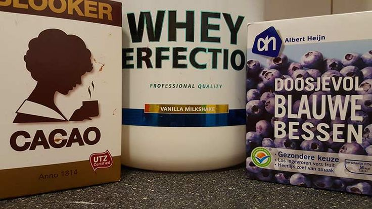 Chocolade eiwit blauwe bessen shake.