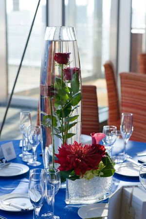 エレガントなのに爽やかさもある青と深紅の組み合わせ☆ 赤い会場装花のアイデア一覧。