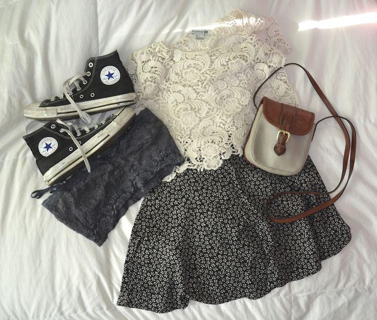 Crop top di pizzo bianco, minigonna nera con microfantasia floreale, tracollina vintage e #Converse nere vissute per le più romantiche. #outfit