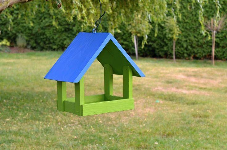 Krmítko modrozelené Chystáme se na zimu... a myslíme na pípáčky kolem nás už v létě :-) Krmítko z masivu, ošetřené vodou ředitelnými barvami proti rychlému zániku. K zavěšení třeba na strom... Rozměry: 30 x 30 x 30 cm ? (ještě to přeměříme raději :-)