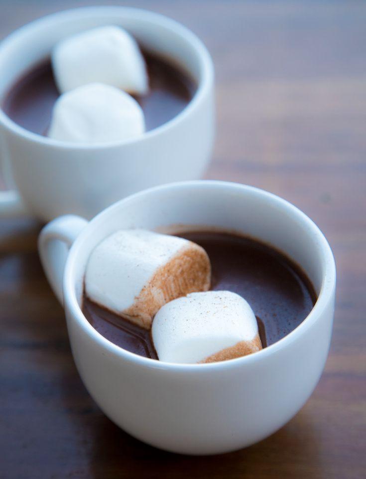 Chocolate quente cremoso com marshmallow para desfrutar no inverno. Receita fácil de fazer e deliciosa.