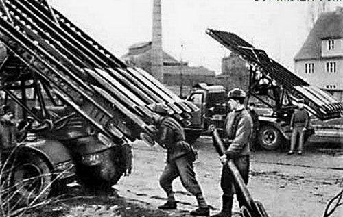 """""""Катюша"""" — народное название реактивных систем гвардейских минометов БМ-13, находившихся во время войны на вооружении реактивной артиллерии. Появилось оно в начале Отечественной войны. На первых боевых машинах, изготовленных воронежским заводом им. Коминтерна, и с популярной во вре…"""