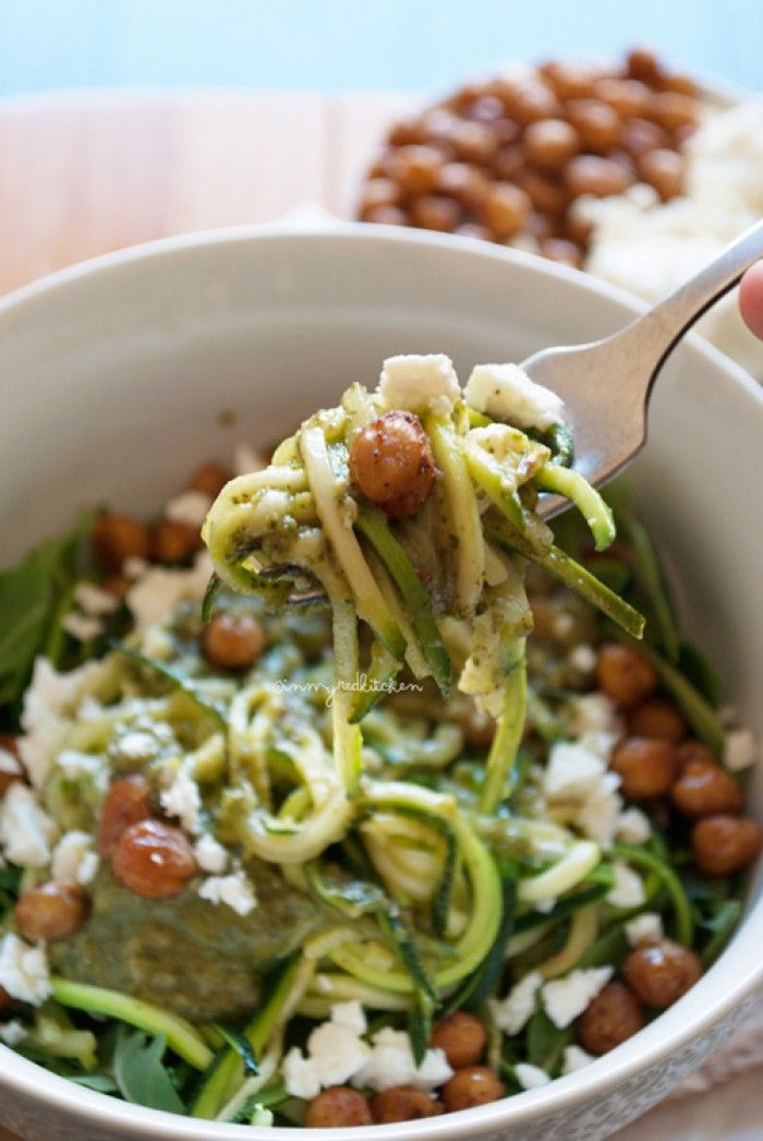 Is er iets gezonders dan groente eten? Nou dan... Courgette noodles met krokante kikkererwten (en avocado dressing en feta en rucola), mijn nieuwe makkelijke lievelingsgerecht!