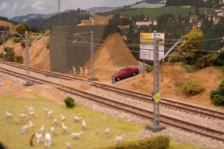 ¡Hola foreros!  Más allá de las locomotoras, las estaciones o las vías de tren nuestras maquetas, para conseguir un mayor realismo, deben de contener camino...