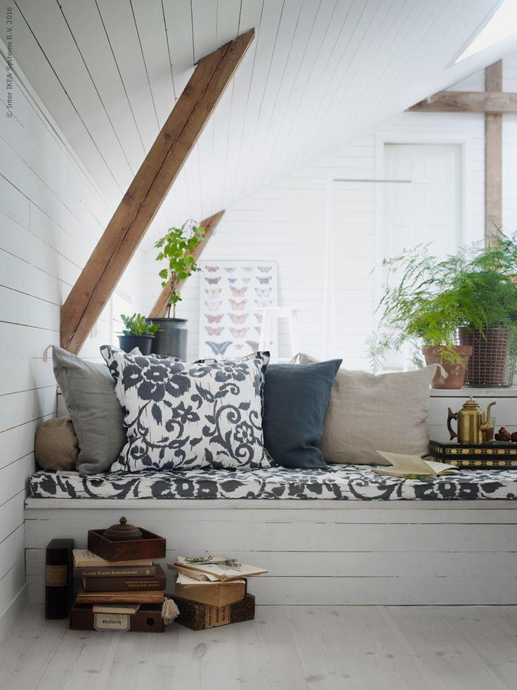 KUNGSLILJA är framtagen genom ett samarbete mellan IKEA och museet för tryckta textilier i Mulhouse, Frankrike. Det vackra blommönstret är inspirerat av textilier ur Mulhousesamlingen, justerat för att passa in i IKEA sortimentet.