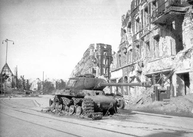Czołg na ul.Legnickiej przy pl.Strzegomskim. Z lewej strony w tle ruiny kościoła św.Pawła (a kościółek stał tuż za bunkrem - zasłaniał Niemcom pole ostrzału, więc go zrównali z ziemią).   Dodał: Neo[EZN]° - Data: 2003-09-20 21:06:21 - Odsłon: 13730 Rok 1945 Mapa Pozostałe zdjęcia