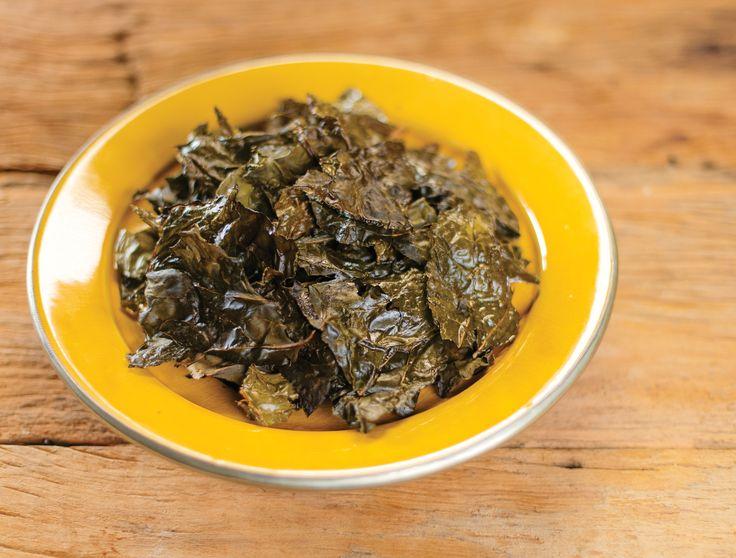 Chips de couve assada | Receita Panelinha: Você gosta de alga nori? Então vai gamar nestes chips! As folhas de couve rasgadas, e assadas com cubos de manteiga, ficam ultra-crocantes. Sabor e textura em uma única adição.