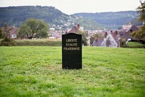 Funeral (2013) Instalación en Francia de lápida de mármol negra con letras talladas y cubiertas en oro de 24k con la inscripción: Liberté, égalité, fraternité «Libertad, igualdad, fraternidad».