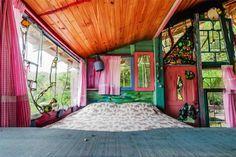 Cabana Florida, Rumah Pohon Dari Bahan Limbah   28/05/2015   Housing-Estate.com, Jakarta - Rumah pohon unik ini terletak di pulau Floarianopolis, Brazil. Rumah pohon warna warni ini tampak menakjubkan. Pembuatnya adalah seniman visual Uruguay, Jaime, dan diberi ... http://propertidata.com/berita/cabana-florida-rumah-pohon-dari-bahan-limbah/ #properti #rumah #jakarta