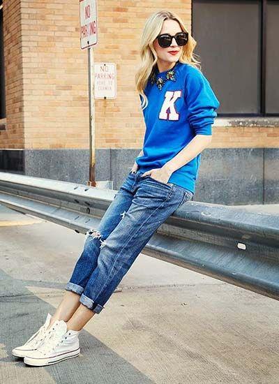 青スウェット×ジーンズの着こなし(レディース)海外スナップ | MILANDA