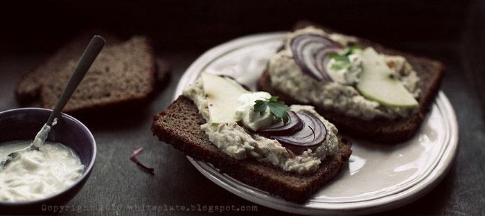 Do chleba-pasta ze śledzi