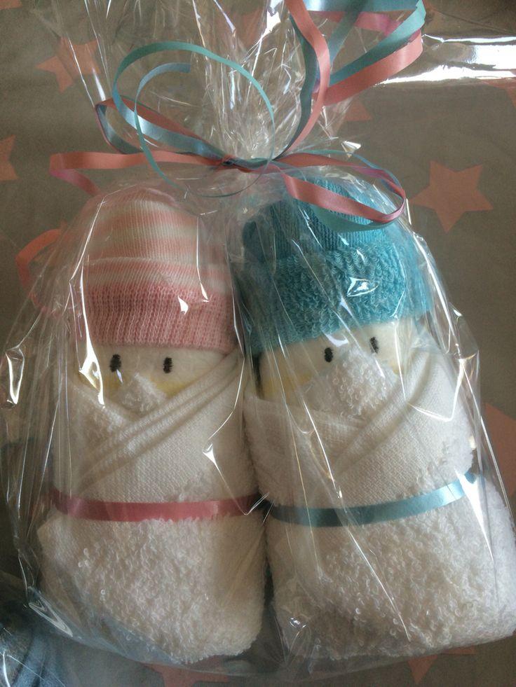 Mijn favoriete cadeautje om weg te geven als er iemand met zwangerschapsverlof gaat. Maak twee poppetjes van een opgerolde luier. Sokjes als muts en een monddoekje om het lijfje. Simpel en leuk. De sokjes en doekjes haal ik afwisselend bij de Zeeman/Kruidvat/Hema. Dit cadeautje is voor iemand die nog niet weet of het een jongen of meisje wordt.