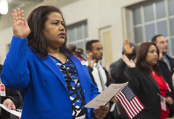 """La ciudadanía como opción para esquivar las restricciones migratorias de Trump: ¿quién puede optar y cuánto cuesta? """"""""Solo la ciudadanía te protege a ti y a tu familia de los caprichos de una administración sin escrúpulos"""", asegura la organización de inmigrantes CHIRLA."""""""