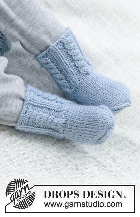 Strikkede sokker med snoninger til baby. Str præmatur - 3/4 år. Arbejdet er strikket i DROPS BabyMerino