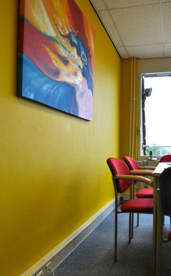 gele vergaderkamer met rode stoelen en kunst in Capelle na STIJLIDEE Kleuradvies, Interieuradvies en Styling via www.stijlidee.nl