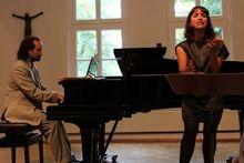 """""""Ausdrucksstarker Tango und Lieder von unerfüllter Liebe"""" Zum Konzert von Moxi Beidenegl (Mezzosopran) + Juan María Solare (Klavier) am 8. September 2013 in Worpswede. von Gudrun Scabell Im weser kurier - 11.09.2013"""
