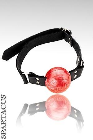 Baillon boule en cuir et latex. Grosse balle centrale d'un diamètre de 5 cm. Pour les grosses bouches et les soumis rebels.