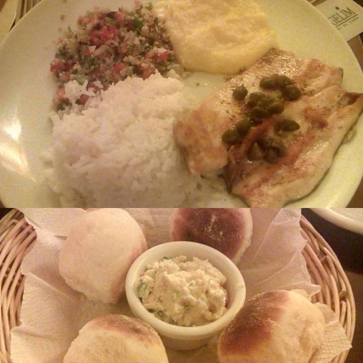 Um bom almoço e no preparo quase tudo perfeito, só o tabule que realmente acabou saindo um tanto fora do ponto e estragou um pouco esse prato bem saboroso...  #GergelimRestaurante #comida #almoço #restaurante #truta #arroz #tabule #PureDeBatatas #peixe Truta Grelhada com Tabule, arroz branco, molho de ervas com alcaparras e Purê de Batatas - R$32,50 em Restaurante Gergelim