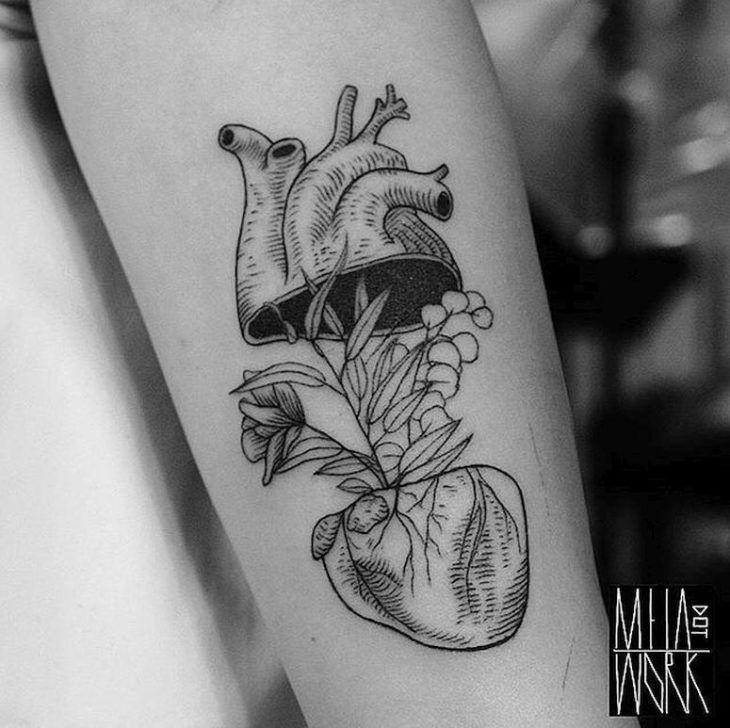 Veja inspirações maravilhosas de tatuagens de coração e escolha a arte mais próxima do seu estilo e desejo para criar a sua!