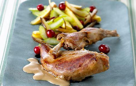 Fasan har en dejlig smag af vildt. Her er den smukt anrettet med lynstegt frugt og en lys sauce.