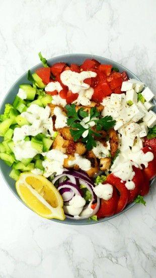 Grecka klasyka. Chrupiące i aromatyczne warzywa, jogurtowy sos tzatziki, grillowany kurczak, zioła - to wszystko składa się na sałatkę idealną!