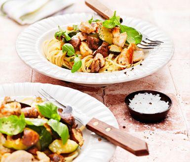 Pastarätt med ugnsstekta champinjoner och zucchini samt stekt kyckling. Blanda i basilikablad inför servering.