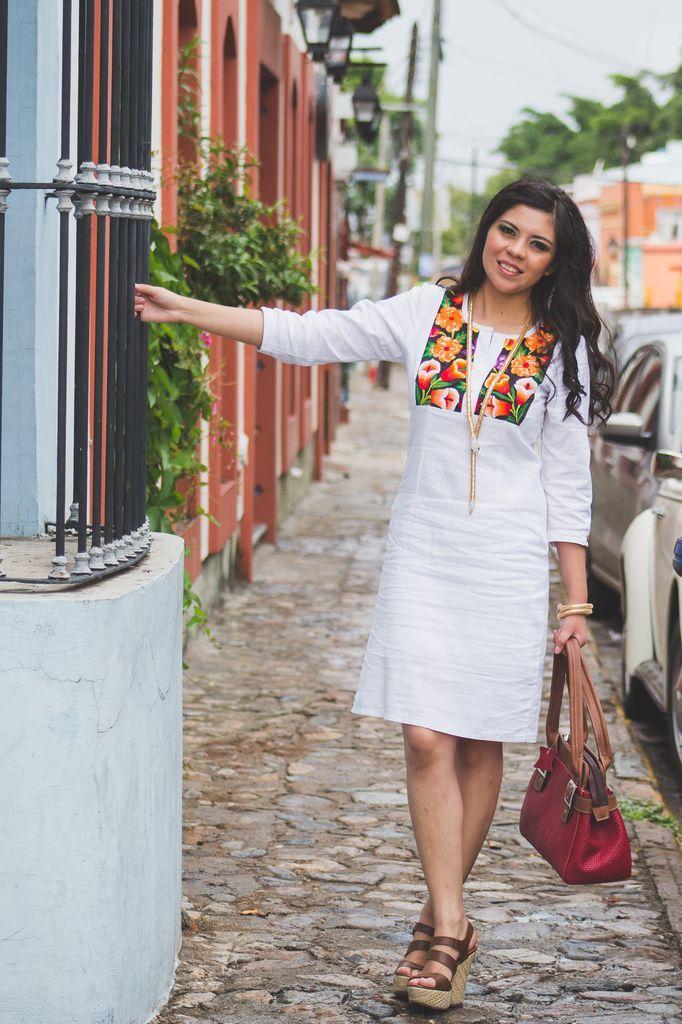 Tela: Lino Tipo de bordado: A mano con aguja Región en que elabora: Istmo de Tehuantepec, Oaxaca, México Diseño: Vestido en corte recto con manga 3/4 magna.