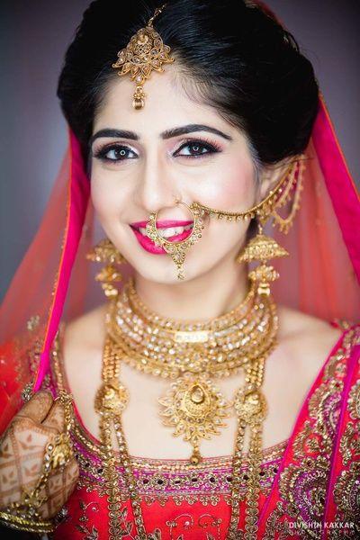 Indian Wedding Jewelry - Gold Necklace, Earrings, Nath and Maang Tikka | WedMeGood #wedmegood #indianbride #indianwedding #indianjewelry #jewelry #gold #necklace