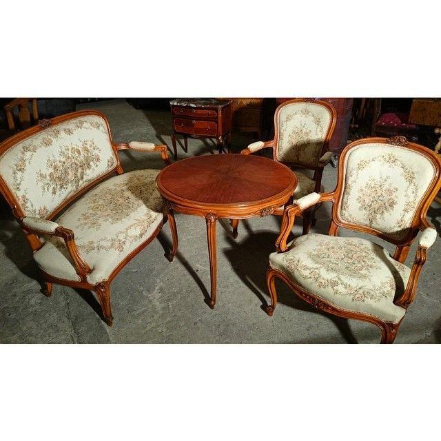 Комплект в стиле рококо с гобеленовой обивкой: столик, скамейка, два кресла Европа, ХХ век. Скамейка: ширина 134, глубина 57, высота 90 смШирина 62см стул, высота 90 (44) см, глубина 50 см. Столик: 80 х 66 см  91 000р  #bufettaburet #буфеттабурет #антиквариат #винтаж #мебель #предметыинтерьера #красиваямебель #стараямебель #дизайнинтерьера #дизайн #весна #порусски #любовь #design #vintage #love #interior #скамейка #кресло