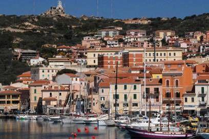 Mit der Fähre nur 15 Minuten von Sardinien entfernt: La Maddalena begrüßt Besucher mit einer hübschen Altstadt