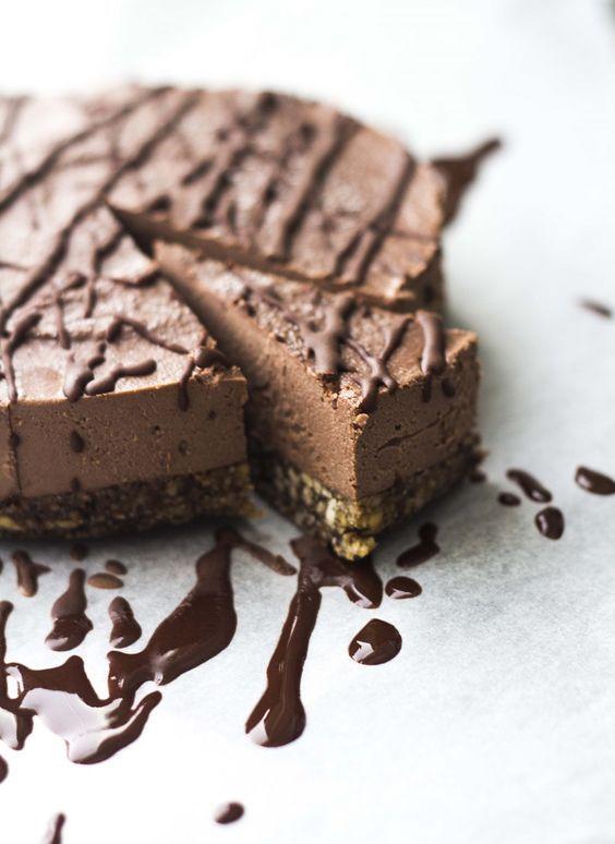 suklaatulitusta: luvassa on nimittäin vanha kunnon suklaakakku! Aiemmin sarjassamme nähty mm. marjaisa raakakakku ja puolukka-vaniljakakku. Ja öööm. Siinä ne sitten olikin. (Note to self: tee lisää kakkuja.) Jostain syystä en ole paljoa julkaissut suklaakakkujen saati muidenkaan kakkujen ohjeita blogin puolella (lukuunottamatta erästä punajuurisuklaakakkua). Tämä on hieman kummallista, sillä tosielämässä voisin kuitenkin elää (suklaa)k...