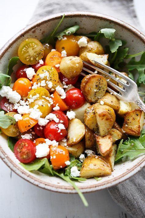 Italienische Kartoffel Power Bowl mit Knoblauch-Olivenöl Dressing. Dieses einfache Rezept ist vollgepackt mit Rucola, Tomaten, Feta und cremigstem Dressing. Mega gut! – Kochkarussell.com