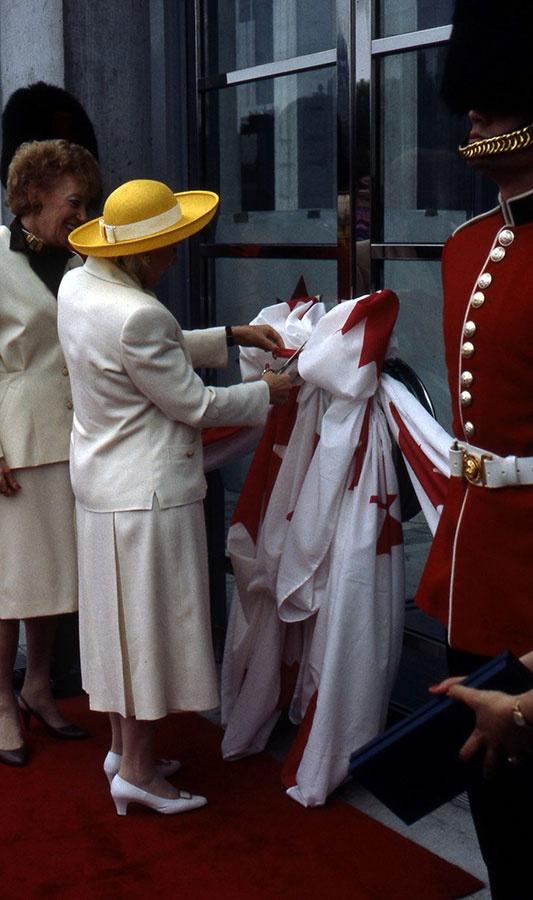 Le 21 mai, son Excellence la gouverneure générale Jeanne Sauvé inaugure le nouveau bâtiment du Musée au 380, promenade Sussex || On 21 May, the Governor General, Her Excellency Mme Jeanne Sauvé, officially opens the new building at 380 Sussex Drive.