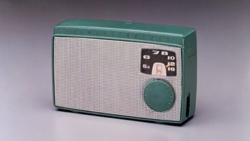 The first Japanese transistor radio. At 560 g, the radio incorporates five transistors and is powered by four AA batteries. The use of punched aluminum for the speaker .Although the dial scale and Sony logo are modeled after previous products, the designers sought a completely new style in other respects, which led to a radio of unprecedented size (89 x 140 x 38.5 mm) and shape.