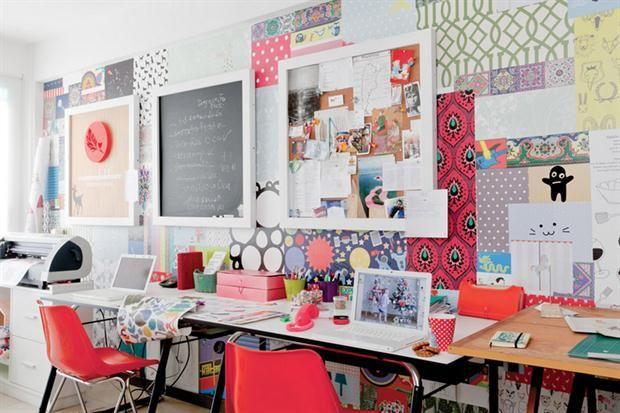 Soluciones para decorar una pared  Una pared revestida con un collage que combina papeles de diseño y vinilos decorativos