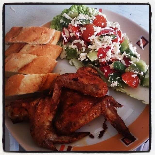 Křupavá křidélka s šopským salátem a bagetkou - Není nad chuť křupavého masa, zeleniny i bagetky. Je to všem dostupná a dobrá rychlovka.